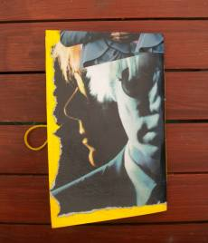 Chiara Dionigi - Quaderno fatto e rilegato a mano. La copertina è un collage motato su cartoncino rigido. L'elastico permette ti tenere saldamente chiuso il quaderno.