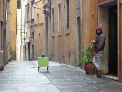 Attilio piazza la sua pinhole camera in mezzo alla via ed attende con eleganza